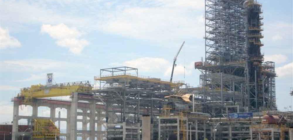 Construção Estrutura metálica  Petróleo, Papel e Celulose Prédio de Reatores com 110m de Altura - REDUC - Petrobras